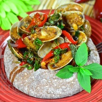 Clams in Spicy Thai Chili Jam Sauce and Basil, Hoi Lai Pad Nam Prik Pao